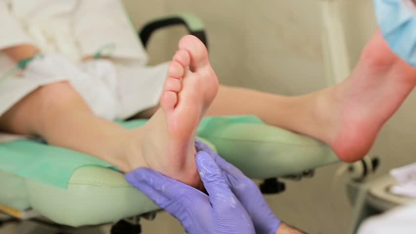 Обработка ног антисептиком