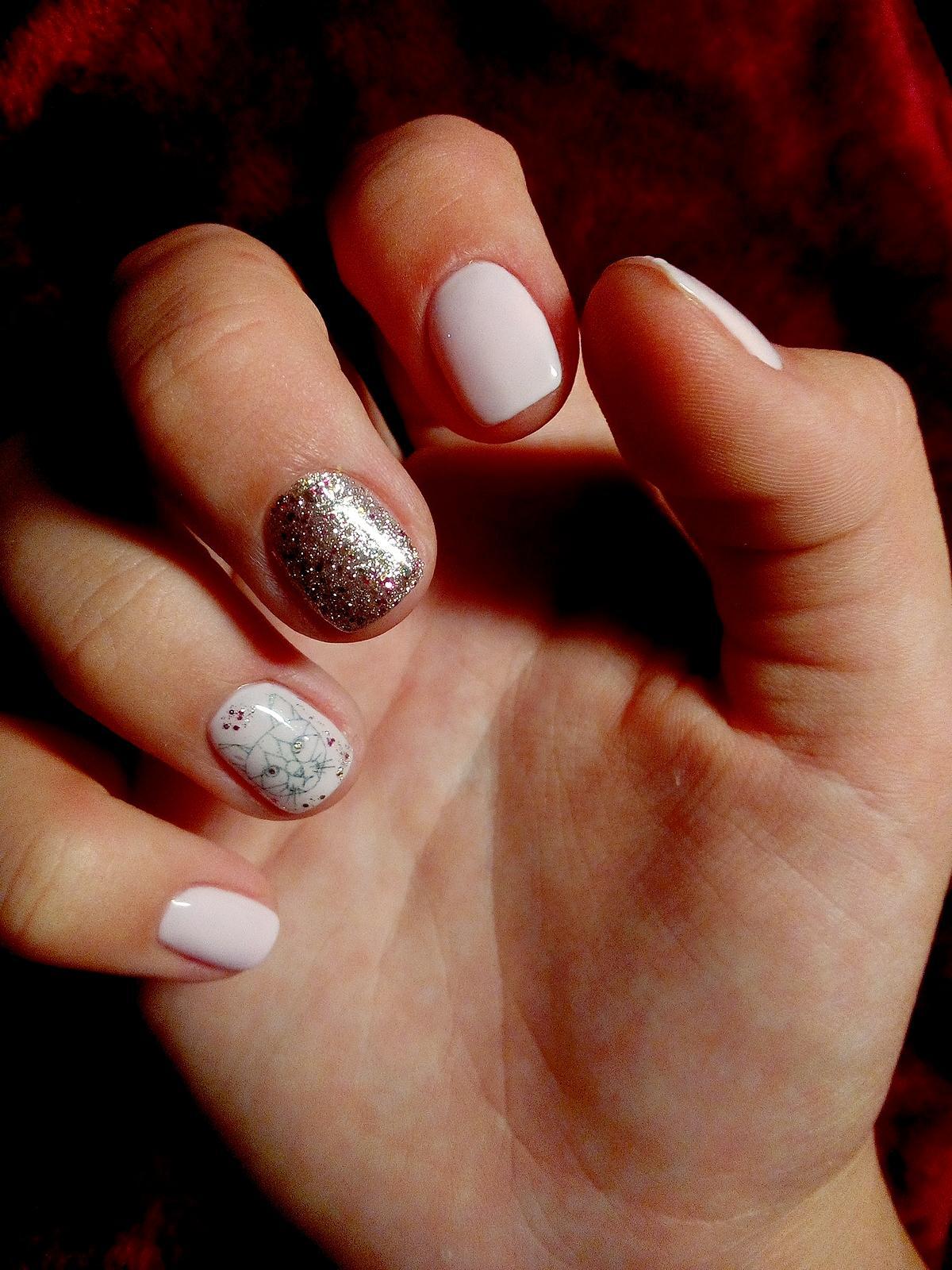 Блеск и схематичные рисунки на коротких ногтях