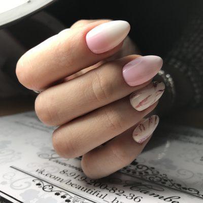 Блестящие всполохи в розовом маникюре