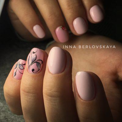 Красивый розовый маникюр с росписью