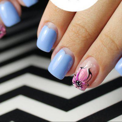 Розовые цветы в голубом маникюре