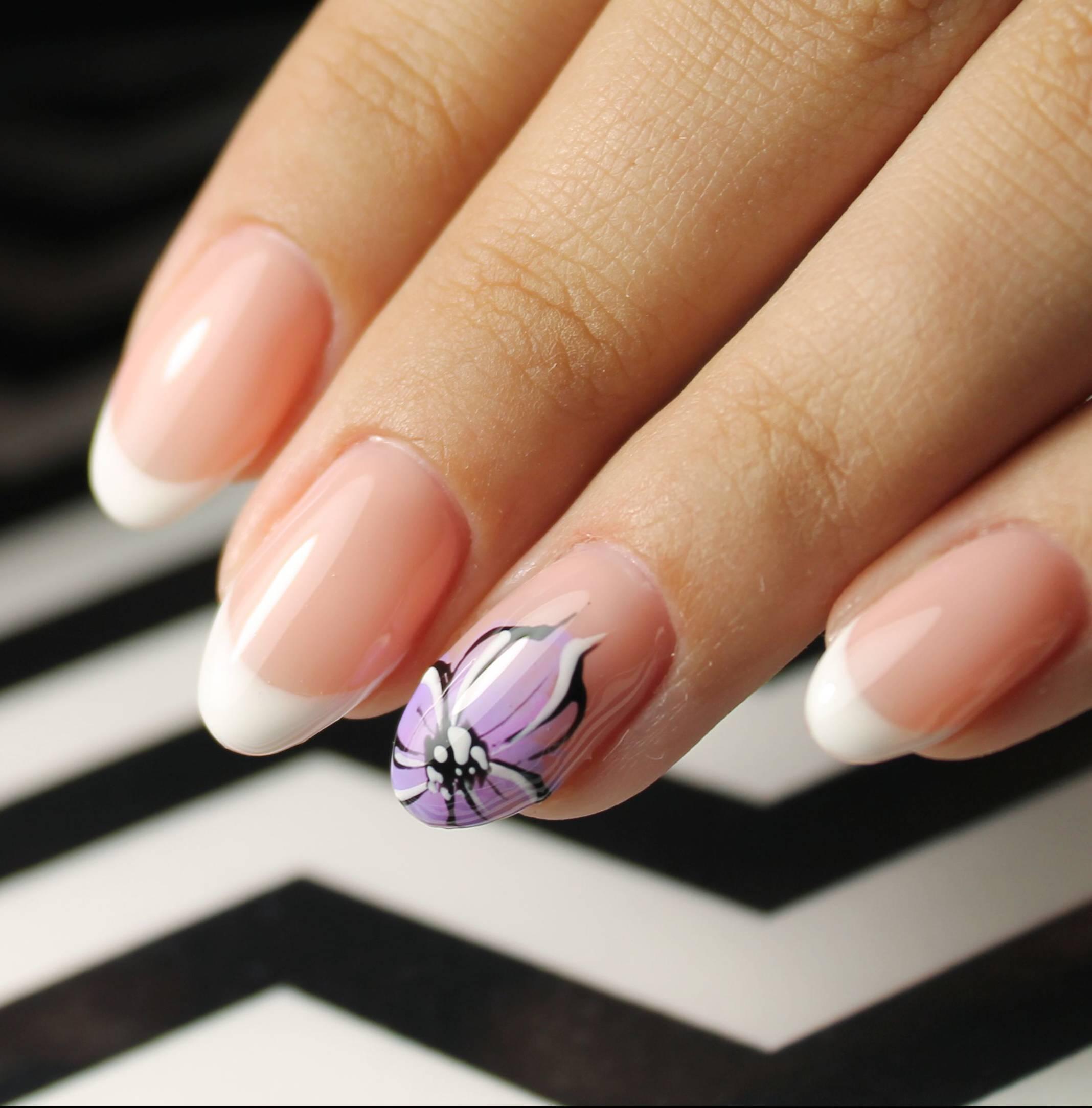 Фиолетовые цветы для маникюра с френчем
