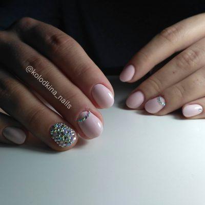 Стразы и розовый маникюр на коротких ногтях