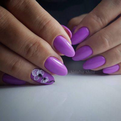 Лепка на натуральных ногтях фиолетового цвета