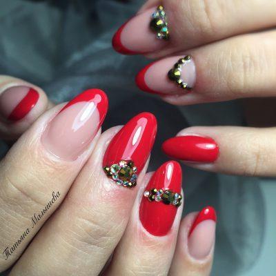 Миндалевидные красные ногти со стразами