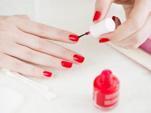 Как аккуратно накрасить ногти на правой руке