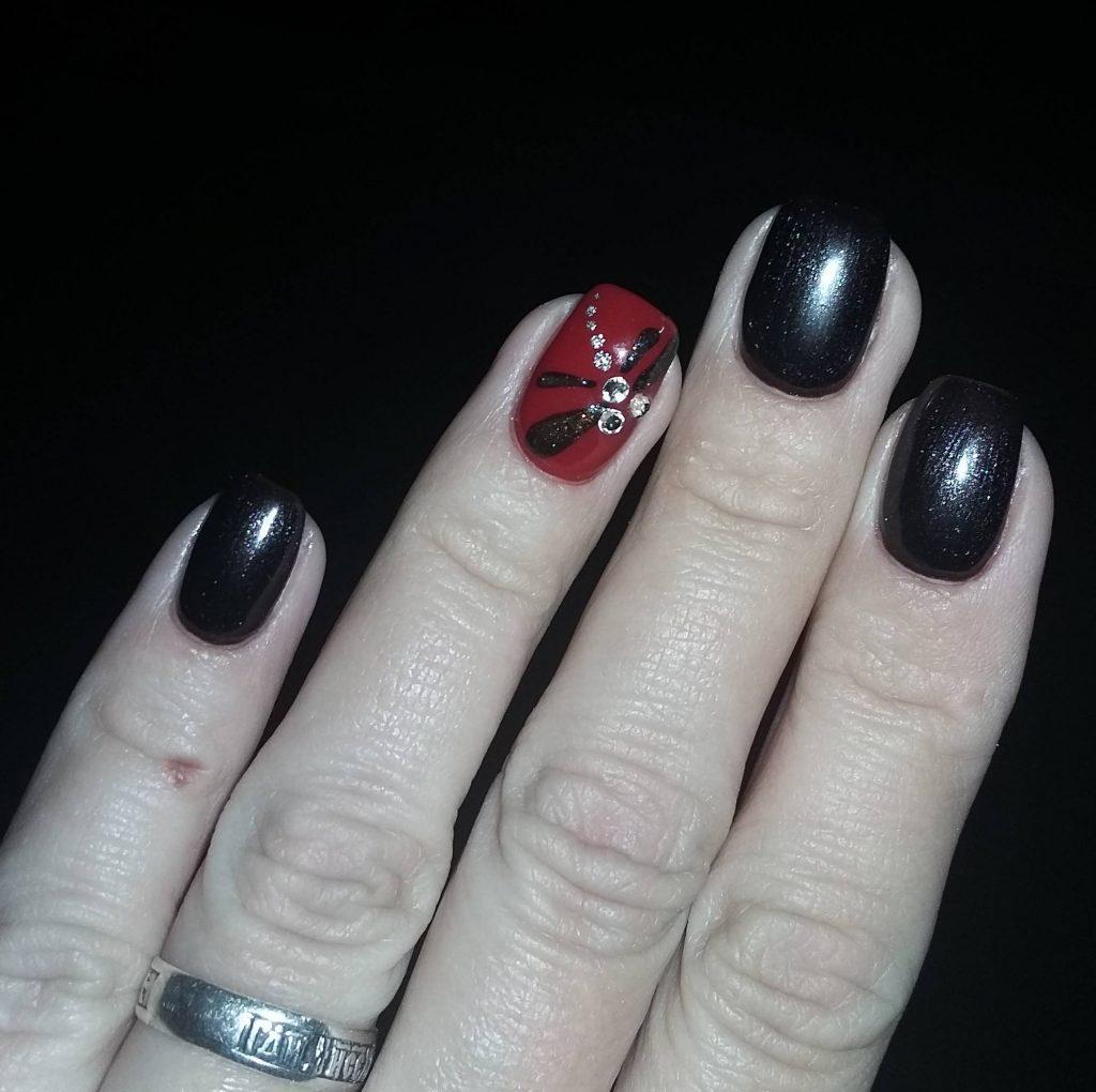 Осенняя стрекоза в черном маникюре