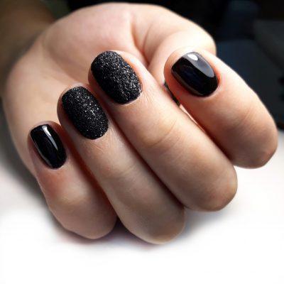 Черный маникюр с угольным покрытием