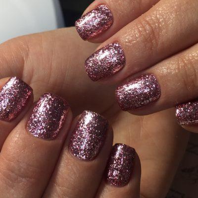 Блестящие ногти в розовом цвете