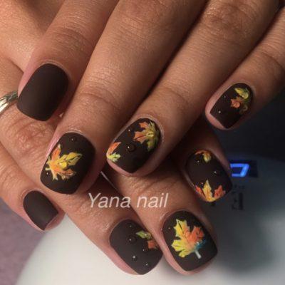 Кленовые листья в чёрном маникюре