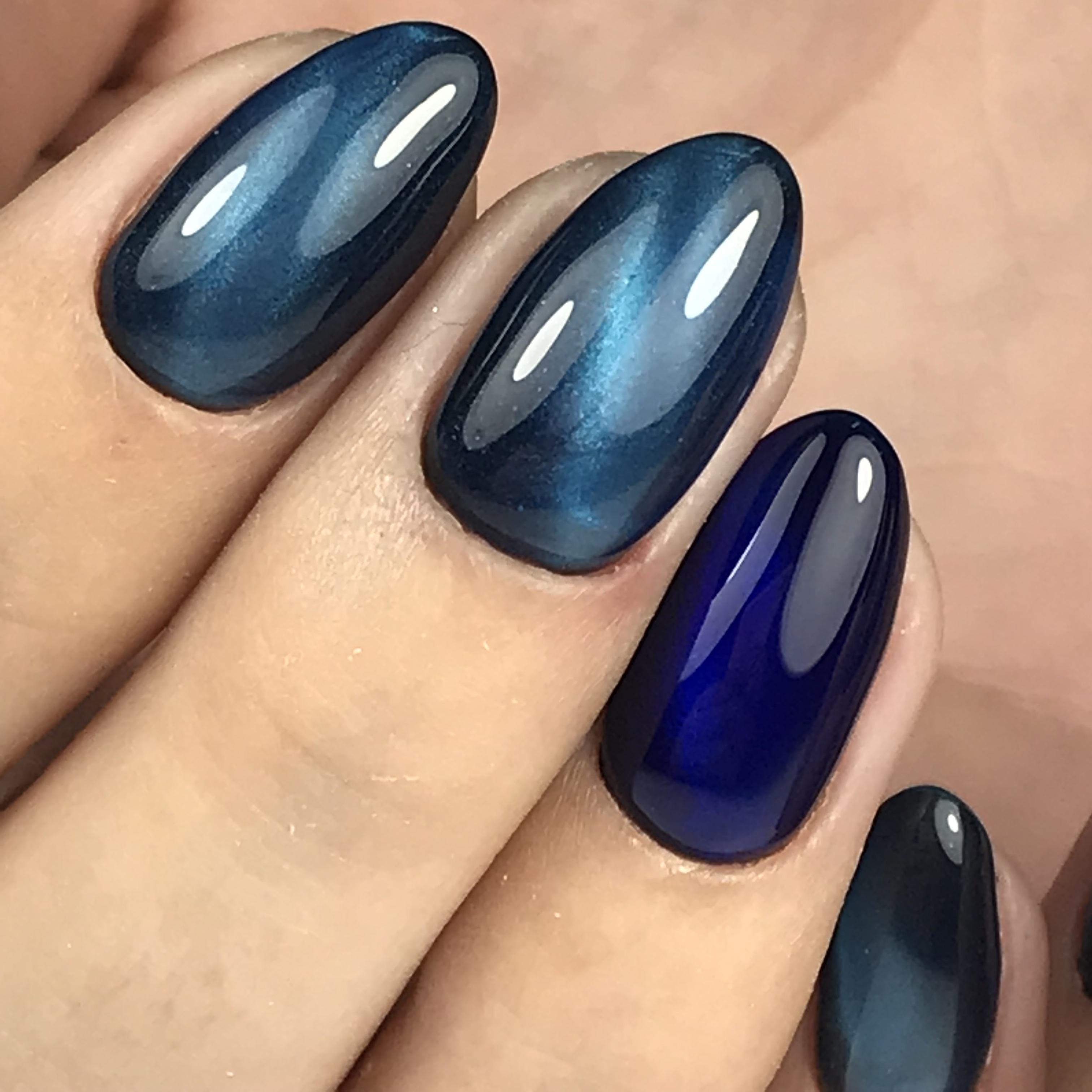 Потрясающий синий магнитный маникюр