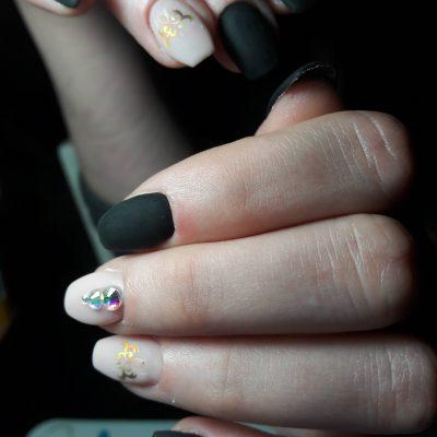 Матовые ногти с наклейками и стразами