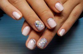 Как клеить стразы на ногти правильно и красиво?