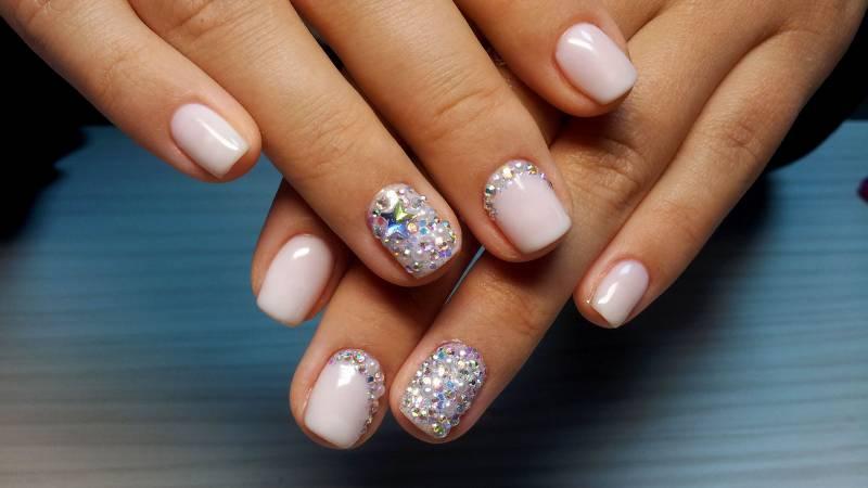 красивые стразы на ногтях