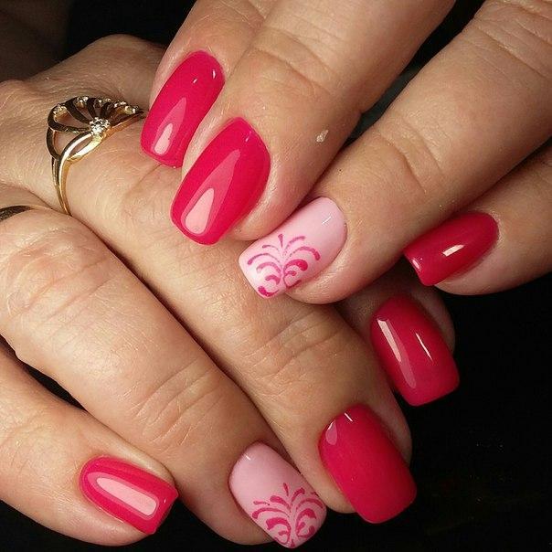Простой розовый маникюр со стемпингом
