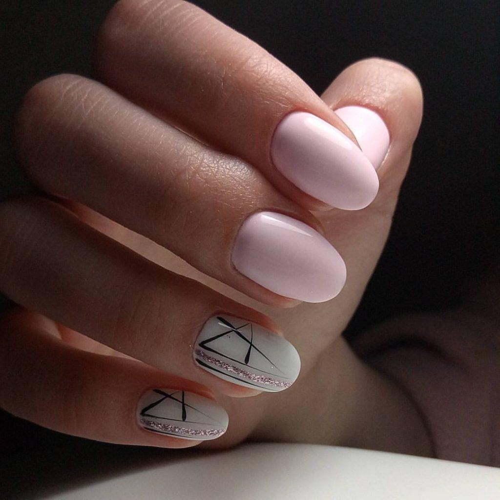 Черные штрихи в розовом маникюре