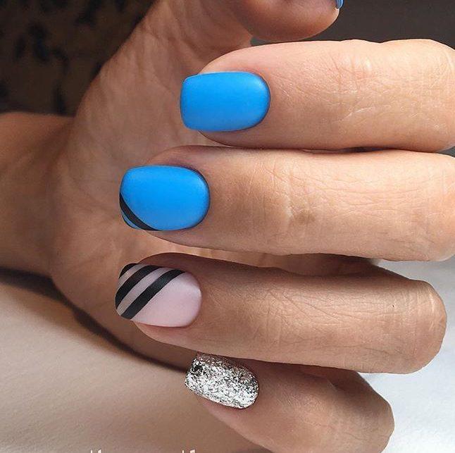 Голубой маникюр с серебром и полосками