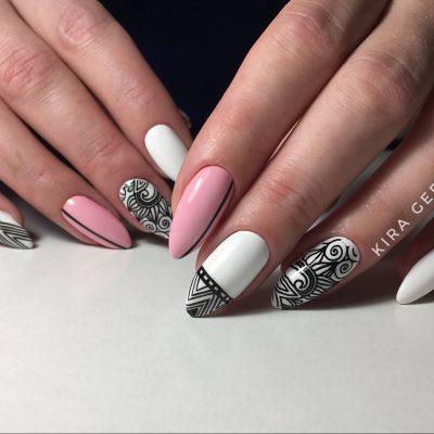 Черно-белые узоры в розовом маникюре