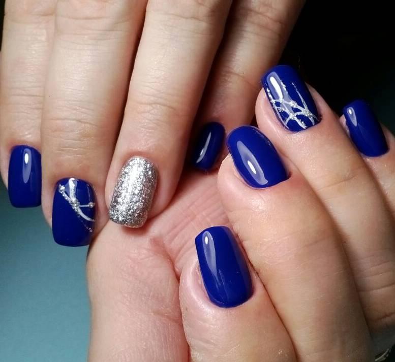 Синий зимний маникюр с серебром