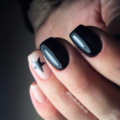 Чёрный модный маникюр со звездой