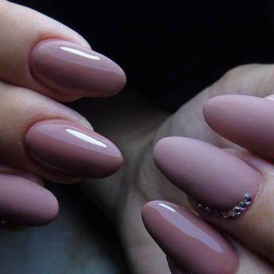 Дымчатый розовый на длинных ногтях