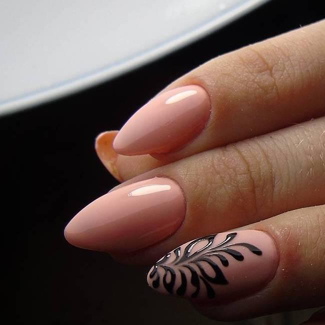 Черный рисунок на розовых ногтях