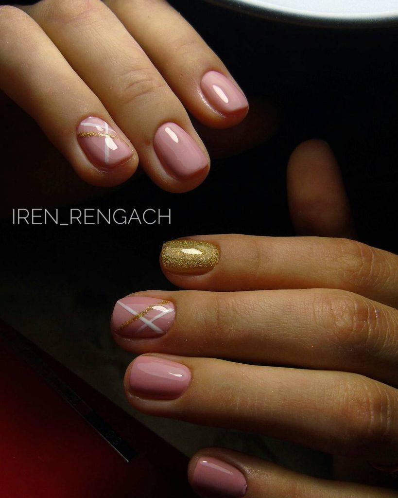 Золотые блики в розовом маникюре