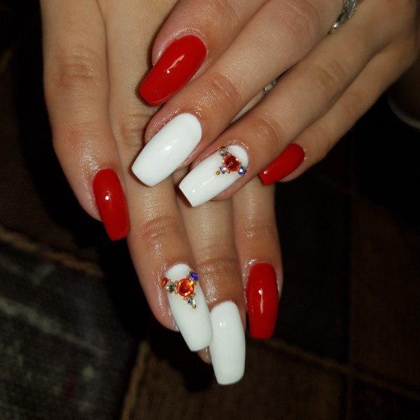 Бело-красный дизайн для длинных ногтей