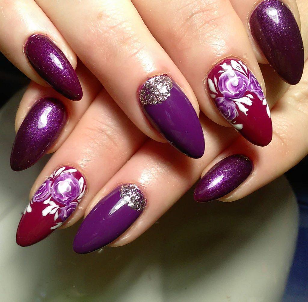 Фиолетово-бордовый маникюр с цветами