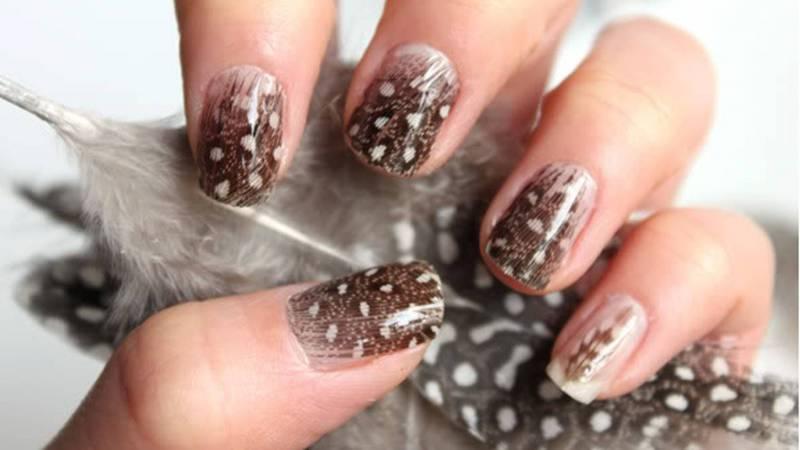 изящные перья на ногтях