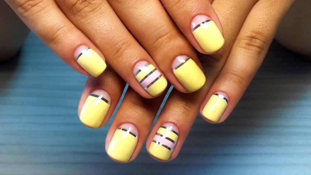 manikyur-s-poloskami-lentami-na-nogtyax-1 Красивый дизайн ногтей 2019-2020 года, фото, идеи дизайна ногтей, рисунки на ногтях