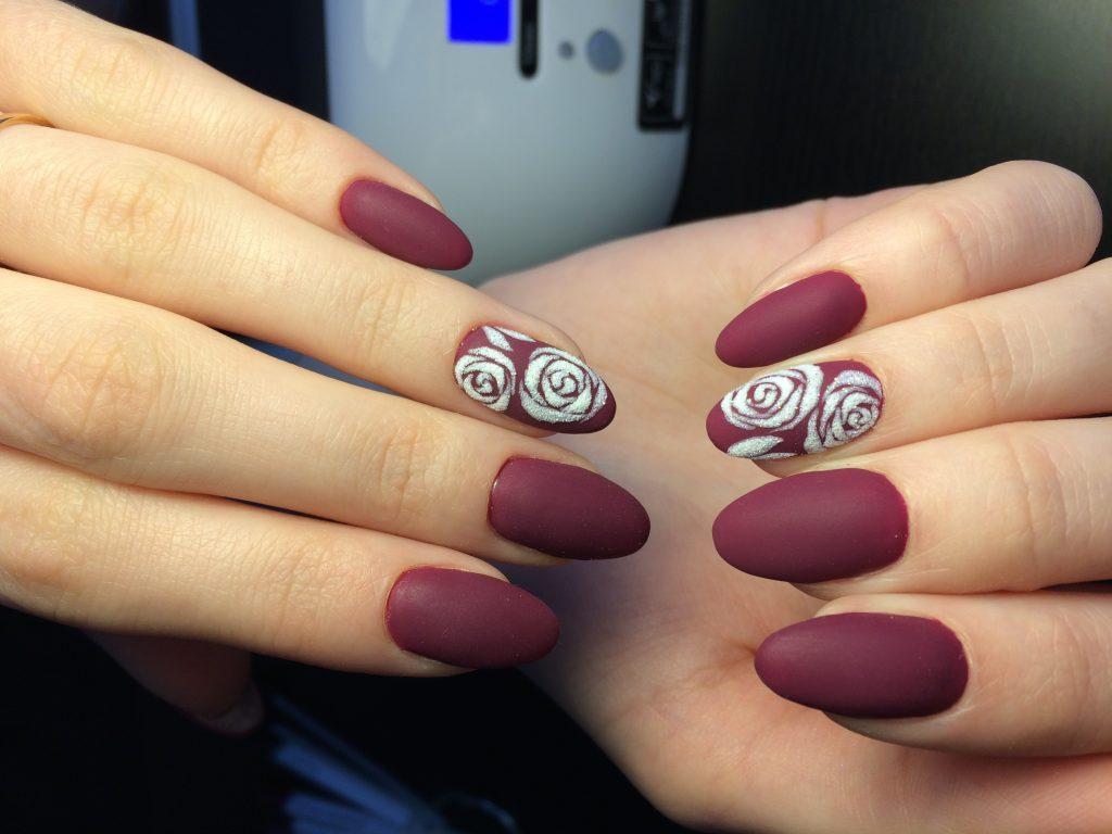 трафаретная роза на ногтях