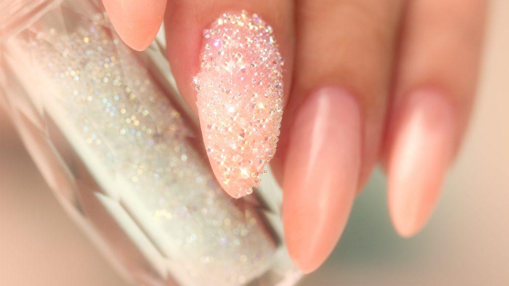 блестящий маникюр с кристаллами пикси