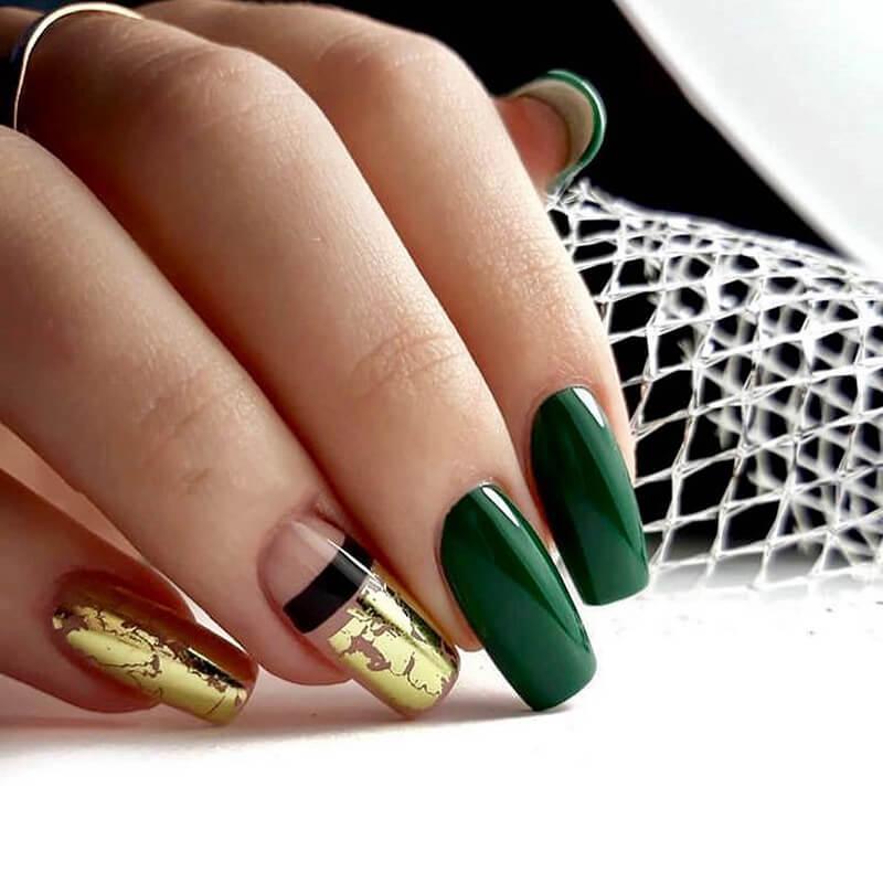 Маникюр с золотой фольгой в зеленом цвете