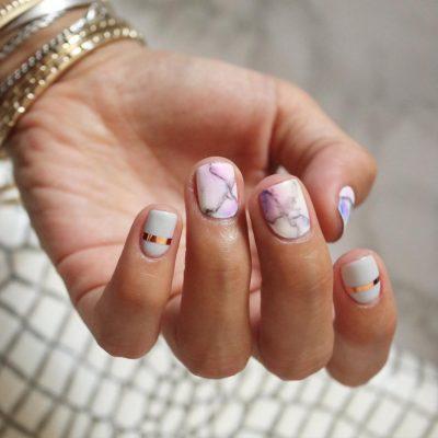 Маникюр  на короткие ногти с мрамором