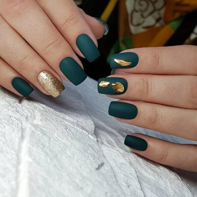 Темно-зеленый маникюр с золотыми блестками