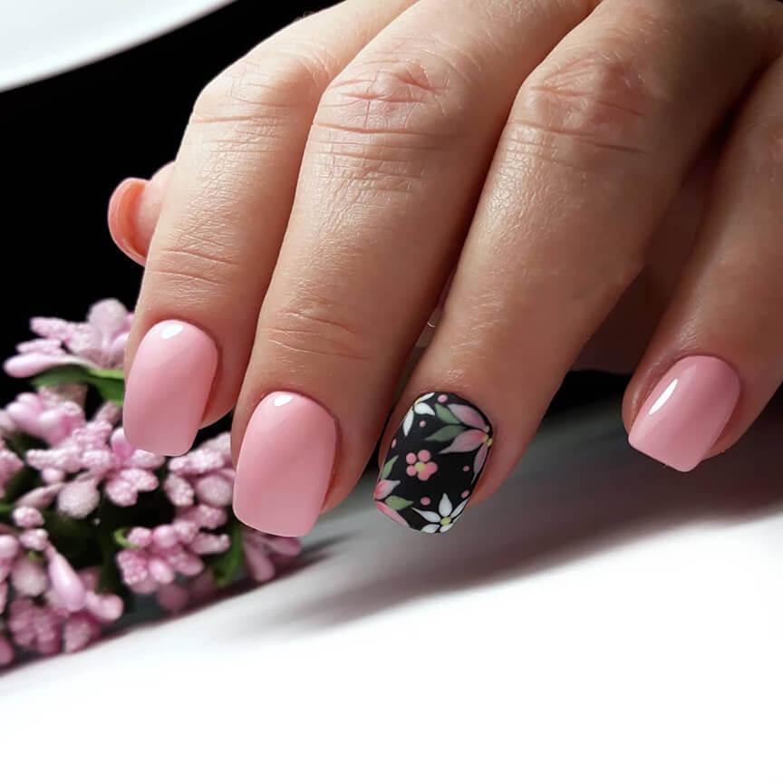 Розовый дизайн с акцентом на безымянном пальце