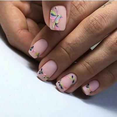 Маникюр с колибри в розовом цвете