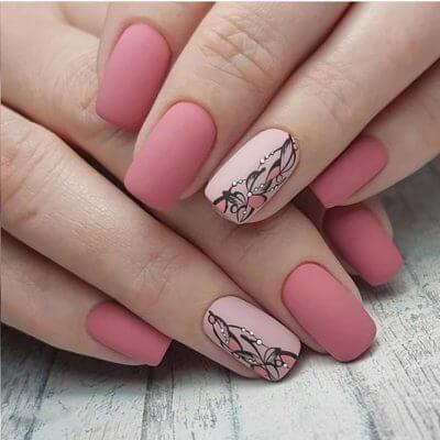 Матовый маникюр в оттенках розового с рисунком на безымянном пальце