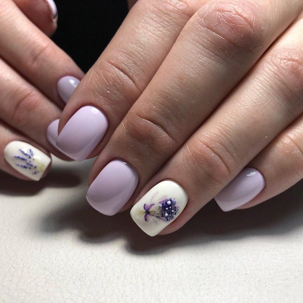 Нежный маникюр на короткие ногти в оттенках белого и розового