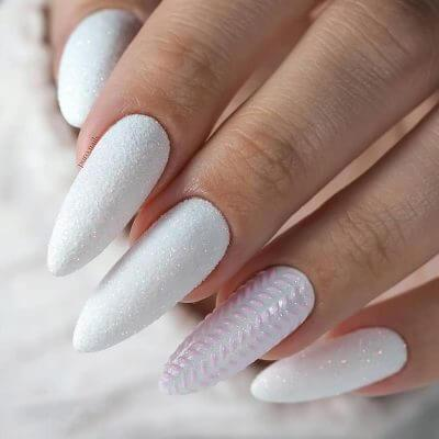 Дизайн на длинные ногти в белом цвете