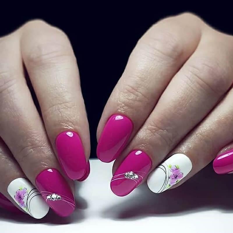 Маникюр в розовом цвете с цветами