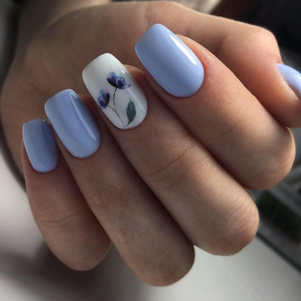 Аккуратный маникюр с цветочком в голубом цвете