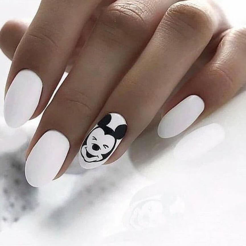 Дизайн с Микки Маусом в белом цвете