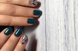 Маникюр в темно-зеленом цвете с геометрией