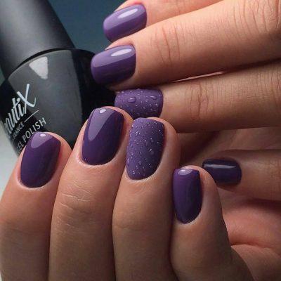 Весенний маникюр в фиолетовом цвете на короткие ногти