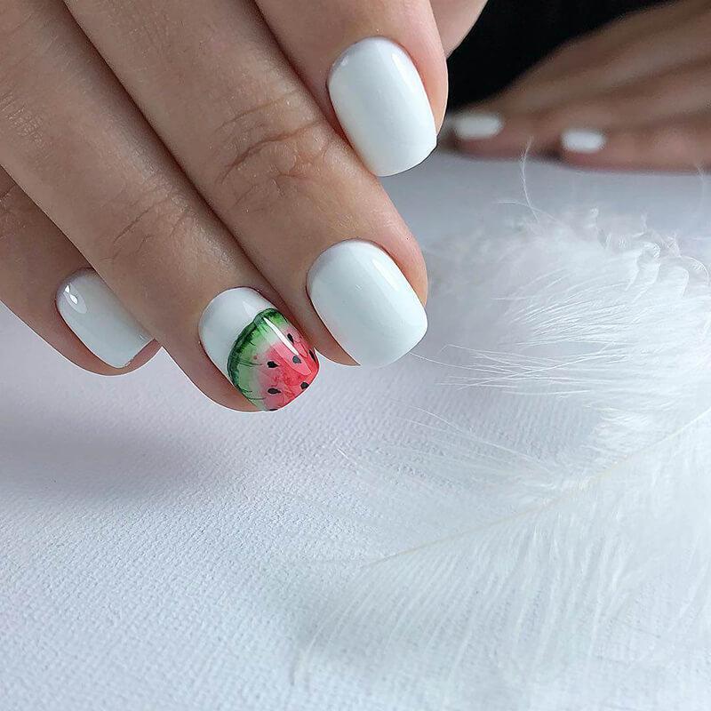 Маникюр в белом цвете на лето