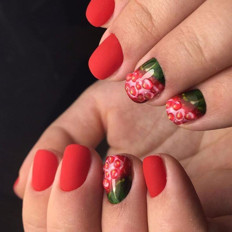 Фруктовый маникюр в красном цвете