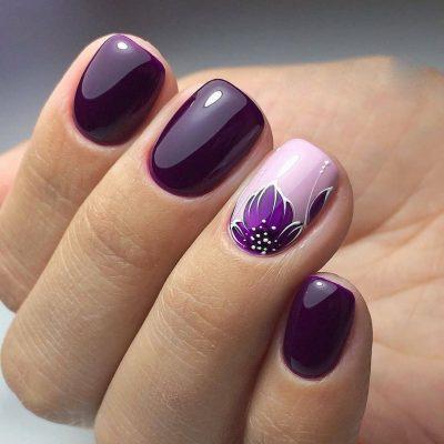 Маникюр в фиолетовом цвете с акцентом на безымянном пальце