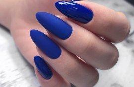 Маникюр в синем цвете с матовым и глянцевым топом